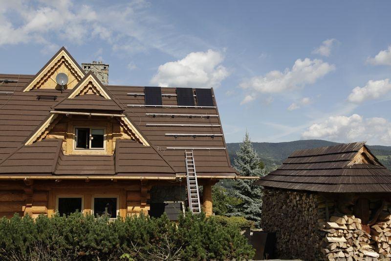 panele fotowoltaiczne na dachu domu 2