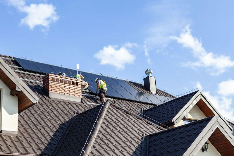 monterzy montujący panele fotowoltaiczne na dachu domu 3