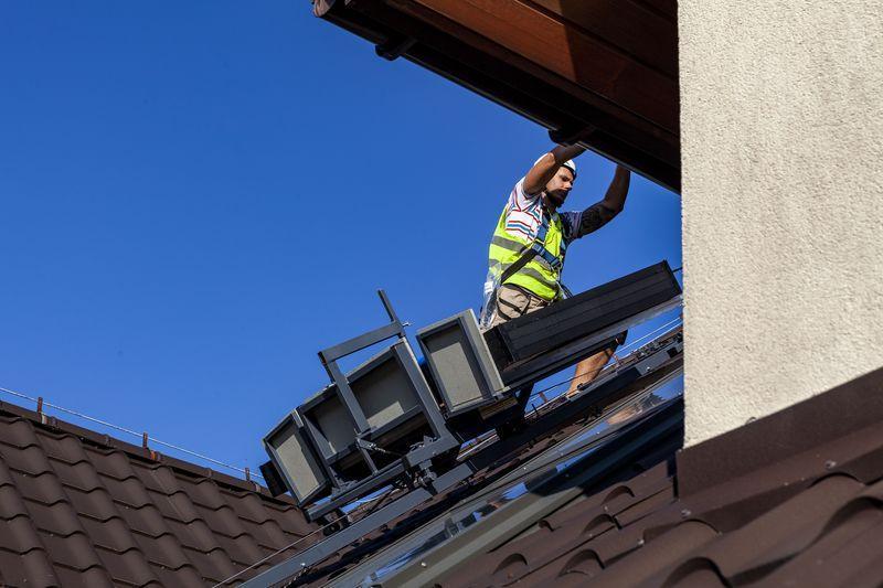 monterzy montujący panele fotowoltaiczne na dachu domu 2
